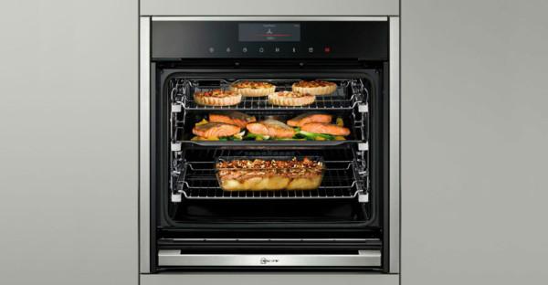 Limpieza de hornos Neff: consejos y pasos a seguir , imagen de horno con comida horneandose |Spai Cuines